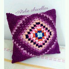Almofada em croche modelo  squares em violetas. www.abavellar.blogspot.com