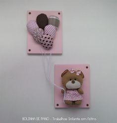 Quadrinhos decorativos com motivo de Ursinha com Balões. Cores em rosa com marrom. Cada quadro possui 11,5cm x 14cm. Enfeite com tamanho médio total de 21cm x 30cm. Ursinha com 10cm de altura. Bases em MDF pintado. Cores do produto à critério do cliente. Possui suporte com triângulo na parte traseira de ambos quadrinhos para pendurar na parede. Consulte outras padronagens. R$58,00