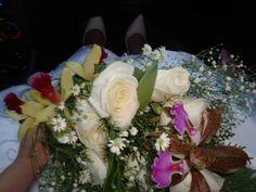 Meu buquê de orquídeas e rosas, feito poucas horas antes do casamento, pela noiva mais feliz do mundo <3