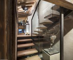 À la fois rustique et moderne, cet escalier en bois, verre et métal, dans un chalet de montagne.