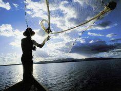 Pescador Caiçara lançando rede.
