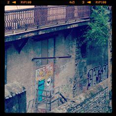 Street art : monstre bleu voleur de culotte, Victime : charlotte (pau)