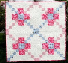 Happy New Year to all, and welcome to the 45th Free Pattern Day  at Quilt Inspiration!  We love baby and toddler quilts, and we're sharing 1...
