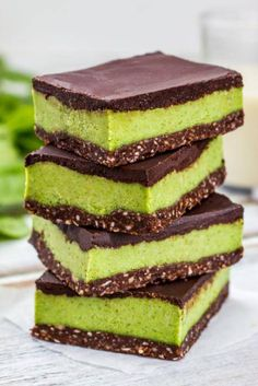 easy to make raw Nanaimo Bars Gluten Free Desserts, Vegan Desserts, Raw Food Recipes, Delicious Desserts, Dessert Recipes, Nanaimo Bars, Raw Cake, Vegan Sweets, Dessert Bars