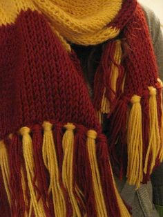 This looks EXACTLY like the Gryffindor scarf I knitted when I was a teenager! This looks EXACTLY like the Gryffindor scarf I knitted when I was a teenager! I love that thing.so long, thick, and WA. Stitch Crochet, Tunisian Crochet, Knit Crochet, Crochet Baby, Harry Potter Gryffindor Scarf, Harry Potter Crochet, Harry Potter Scarf Pattern, Ravenclaw, Images Harry Potter