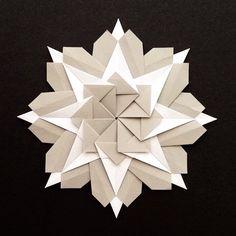 In nine square on wall. Mandala Marupiara by Falk Brito. Ninja Star Origami, Origami Stars, Paper Toys, Paper Crafts, Diy Crafts, Origami For Beginners, Mandala Pattern, Kirigami, Folded Up
