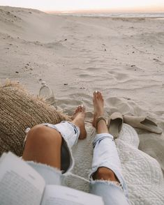 Relax sur la plage / Relax on the beach Boyfriend Jeans Outfit Summer, Summer Jeans, Beach Aesthetic, Summer Aesthetic, Aesthetic Outfit, Aesthetic Indie, Summer Vibes, Photography Beach, Amazing Photography