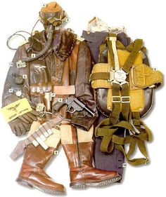 01 - Auriculares LKp N101  02 - Antiparras Nitsche & Günther Fl. 30550  03 - Mascara de Oxigeno Drager 10-69  04 - Reloj Hankart  05 - Brujula AK 39Fl.  06 - Pistola de Bengalas 25 mm Walther M-43 con cinturon de Bengalas  07 - Estuche  08 - Paracaidas de FW-190  09 - Botas de Aviacion  10 - Pantalones con tiradores de Luftwaffe M-37  11 - Chaqueta de la Luftwaffe con la insignia de Capitan (Hauptmann)