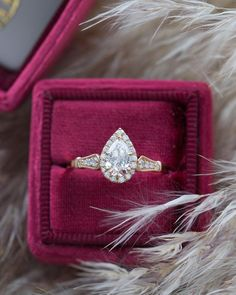Lots of buzzwords with this new engagement ring : Pear shape diamond + Vintage setting + Rose gold + Halo engagement ring.