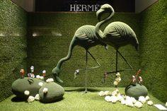 Hermes green spring window display in Paris. Design Shop, Window Display Design, Spring Window Display, Window Display Retail, Display Windows, Decoration Evenementielle, Decoration Vitrine, Visual Merchandising Displays, Visual Display