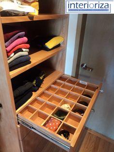 Cuadrículas dentro de sus cajones para guardar ordenadamente relojes, corbatas, etc...