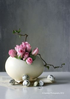 Sophisticated and stylish contemporary floral arrangements to decorate your Easter table , decorating tips. Happy Easter, Easter Bunny, Easter Eggs, Deco Floral, Arte Floral, Diy Ostern, Easter Parade, Egg Art, Easter Holidays