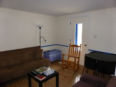 Le salon comporte un divan-lit, une causeuse, une table à cartes, un fauteuil, un coffre de style ancien, un téléviseur, l'accès internet sans fil. La literie se trouve dans le garde-robe du salon. www.bleulumignon.ca