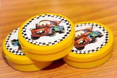 Detalhes das latinhas com balinhas feitas especialmente para esse aniversário de menino com o tema Carros da Disney
