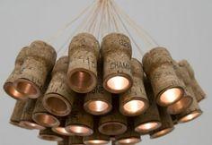Kroonluchter van oude champagnekurken