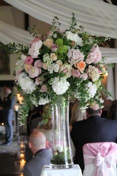 The elegant pedestal vase at the foot of the aisle
