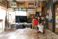 木箱を壁に取り付けて棚として使用。部屋全体がギャラリーのよう。床は使い込んで塗装のはげた板を張り付けた。