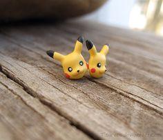 He encontrado este interesante anuncio de Etsy en https://www.etsy.com/es/listing/172893965/pikachu-pokemon-earrings-fanart