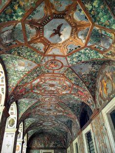 Tra i cortili più belli di Roma c'è uno da non perdere ed è quello di Palazzo Altempsdove c'è una loggia di rara bellezza. L'edificio è un gioiello nascosto assolutamente da scop…