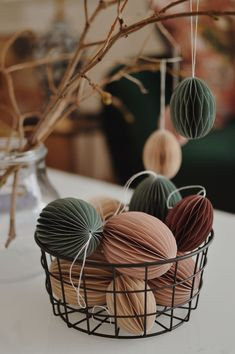 Diy Easter Decorations, Handmade Decorations, Hoppy Easter, Easter Eggs, Honeycomb Paper, Spring Door Wreaths, Diy Ostern, Spring Home Decor, Easter Holidays
