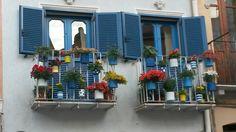 Fatti per essere pinnati. Balconi in via San Domenico
