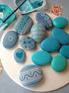 Rock crafts - Pretty Painted Rocks maritime motifs of blue stones paint Stone Crafts, Rock Crafts, Diy And Crafts, Arts And Crafts, Crafts With Rocks, Beach Crafts, Pebble Painting, Pebble Art, Stone Painting