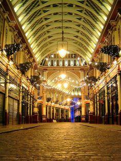 LEADENHALL MARKET Une promenade en ces lieux est une plongée dans le véritable cœur historique de Londres puisque ce marché fut initialement érigé en 1445 sur les ruines du forum romain et devint un rendez vous très actif dédié au commerce de la laine, du cuir, de la viande et du poisson