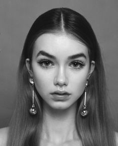 minimal makeup and statement earrings Human Reference, Female Reference, Photo Reference, Pretty People, Beautiful People, Beauty Makeup, Hair Beauty, Face Study, Female Character Inspiration
