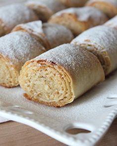 Yapımı o kadar basit ama lezzeti yiyenleri mest eden bir tatlı.Eğer elinizde malzemeler varsa yapımı çok ama çok basit.Şekeri,tahini fındığı damak zevkinize göre ayarlayabilirsiniz.Daha az şeker ekleyip veya daha az fındık ekleyip yada tam tersi.Tek dikkat edilmesi gereken tahin karışımının ince bir şekilde sürülmesi aksi takdirde pişerken ruloların içinden akabiliyor. Denemenizi tavsiye ederim. Tahinli Çıtır Rulolar Malzemeler: 2 adet yufka 1 su bardağı kırılmış fındık 1 su bardağı tahin 1…