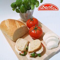 Lubicie sałatkę caprese? Smakuje wyśmienicie podana na ciepło w formie tostów.  Bułka wrocławska z Piekarnia Depta idealnie nadaje się do ich przygotowania.  #caprese #basil #mozarella #tomato #sandwich #tost #kanapka #piekarnia #depta #częstochowa