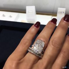 """4,649 Me gusta, 63 comentarios - TRACEY ELLISONTHEDIAMONDSGIRL (@thediamondsgirl) en Instagram: """"LONG LIVE THE KING!!! BACK TO ANYTHING-BUT-THE-BASICS WITH @harrywinston !!! Insanely gorgeous…"""" Big Engagement Rings, Round Diamond Engagement Rings, Beautiful Engagement Rings, Diamond Wedding Bands, Beautiful Rings, Hippie Wedding Ring, Celebrity Wedding Rings, Wedding Ring Cushion, Cute Rings"""