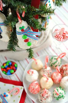 Peppermint Rice Krispies Treats Snowballs | http://shewearsmanyhats.com/rice-krispies-snowballs/