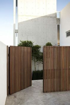 Awesome Backyard fence ornaments,Modern fence gate design and Front yard fence edmonton. Tor Design, House Design, Privacy Fence Designs, Privacy Screens, Sloped Yard, Wooden Gates, Timber Gates, Wooden Driveway Gates, Timber Fencing