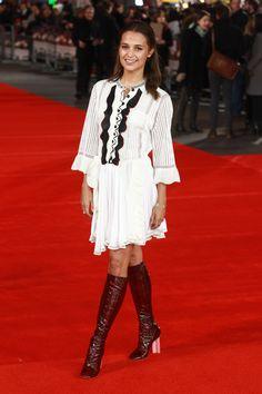 """Alicia Vikander en robe Louis Vuitton printemps-été 2015 à la première du film """"Testament Of Youth"""" à Londres, le 5 janvier 2015"""