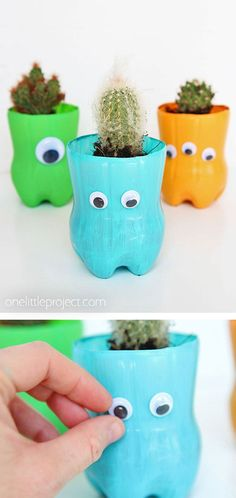 bottle planters are such a CUTE craft for kids! They only require a handful of materials and the kids can personalize them however they like. They're perfect for succulent or cactus plants! This is such a great kids craft using recycled materials! Plastic Bottle Planter, Plastic Bottle Art, Reuse Plastic Bottles, Recycled Bottles, Easy Plastic Bottle Crafts, Recycled Planters, Plastic Craft, Pet Bottle, Succulents Drawing