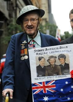 World War II veteran and Antarctic explorer Pat Lee marches in the ANZAC Day parade through Sydney on April (AFP : Torsten Blackwood) Lest We Forget Anzac, Who Is A Hero, Anzac Soldiers, America Quotes, Anzac Day, Military Personnel, World War One, Great Women, World Peace