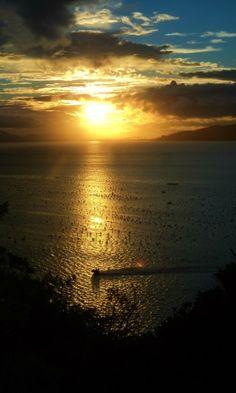 Pôr-do-sol na baía de Zimbros, em Bombinhas #SC #Brasil