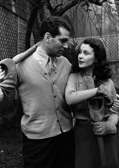 1941: Actor Laurence Olivier (1907 - 1989) with his wife, actress Vivien Leigh (Vivian Mary Hartley, 1913 - 1967). In 1941, they returned to England to help contribute to the war effort – he joined the Fleet Air Arm - and soon got back to work.  Original Publication: Picture Post - 696 - Laurence Olivier - unpub. (Photo by Zoltan Glass/Picture Post/Getty Images)