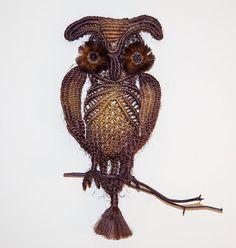 Ik heb twee van deze mooie Macrame uilen te koop. Ze zijn vrij groot: 70 cm op 50 cm (28 x 20).  De uilen zijn handgeknoopte met een techniek genaamd macrame. Ik gebruikte een tekenreeks natuurlijk sisal (hennep) en daarna geschilderd het met natuurlijke organische kleurstoffen in de tinten van bruin en warme donkeroranje. Ik heb de dennenappels gebruikt voor het maken van de ogen.  De uilen zijn zeer vergelijkbaar, maar kunnen er kleine verschillen aan degene op de foto weergegeven.
