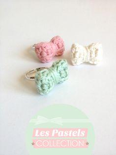 """Bague noeud au crochet - Collection """"Les pastels 2"""" :  Trois nœuds réalisés au crochet, de couleurs rose pâle, vert anis et beige / blanc."""