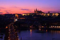 Praha/Praque/Praag bij nacht/by night, met de Karelsbrug en een prachtig uitzicht over de stad
