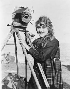 Born this day in Hollywood pioneer MARY PICKFORD. In addition to being a legendary actress, Pickford was also a writer, director, producer and co-founded United Artists with Charlie Chaplin, D. Griffith and Douglas Fairbanks. Golden Age Of Hollywood, Classic Hollywood, Old Hollywood, Hollywood Actresses, Silent Film Stars, Movie Stars, Lillian Gish, Girls With Cameras, Popular Baby Names