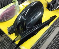 Proceso final de Lacado tras la Hidroimpresion carbono Black en guardabarros y cubrecadenas Yamaha FZ6 S2.
