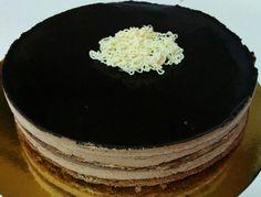 Deliciosa tentación chocolateada. Bizcocho muy ligero de cacao, crema con base bomba y nata de chocolate y glaseado negro super brillante. Coronado con nido de chocolate blanco.