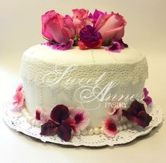 Wedding cake with sugar veil and 100% organic and edible flowers. Pastel de boda hecho con encaje de azúcar y flores 100% comestibles y orgánicas. Cake Pops, Wedding Cakes, Cupcakes, Sweet, Desserts, Food, Lace, So Done, Flowers