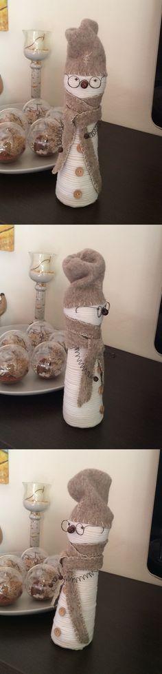 Pupazzo realizzato con forme di polistirolo, lana, stoffa e fil di ferro.