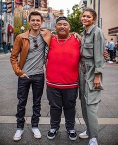 Tom, Jacob and Zendaya at Disneyland the other week! Dc Memes, Marvel Memes, Marvel Actors, Marvel Avengers, Tom Holland Zendaya, Tom Holand, Tom Holland Peter Parker, Tom Parker, Tommy Boy