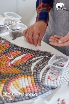 Mosaik ist nicht nur etwas für kleine Kinder – von wegen! Im eigenen Garten kann ein selbst gemachtes Mosaik tatsächlich den Unterschied machen. 🌈 #diy #selbermachen #mosaik #ilesto #garten #deko #dekoration #tippsundtricks #basteln #kreativ Bunt, Friendship Bracelets, Home Decor, Little Children, Mosaics, Tips And Tricks, Homemade, Make Your Own, Creative