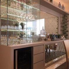 Móvel cristaleira/buffet com a frente das portas com mosaico em espelhos!! Ficou liiindoo ❤❤ #boanoite ...