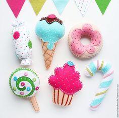 Купить или заказать Сладости из фетра в интернет-магазине на Ярмарке Мастеров. Сладости из фетра - отличный подарок ребенку для разнообразия ролевых игр с едой. Для примера представлены сладости из фетра: конфета, мороженое, пончик, леденец на палочке, кекс, леденец в виде крючка. Стоимость одного элемента - 400 рублей. Возможно изготовление любых других сладостей, кроме представленных на фото. Сладости из фетра будут отличным украшением новогодней елки!…